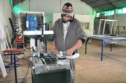 Una Cooperativa de Trabajo fabrica aberturas para el municipio