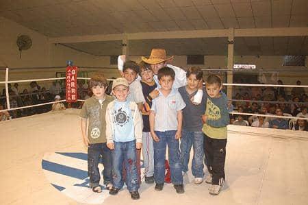 Dictan clases de boxeo y gimnasia