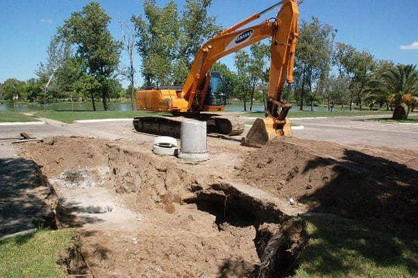 Trabajan en la reparación de un canal pluvial