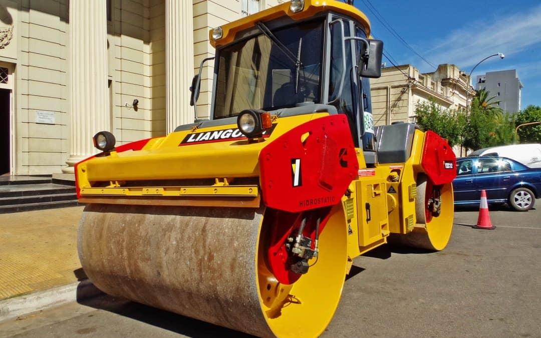 Se exhibe frente al Municipio una máquina para utilizar en pavimentación