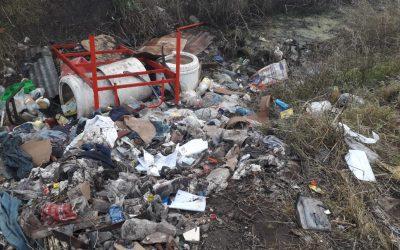 EL MUNICIPIO REALIZA TAREAS DE LIMPIEZA EN EL CANAL UBICADO DETRÁS DE LA FÁBRICA TRELAU: SE SACARON HASTA CAMAS Y COLCHONES