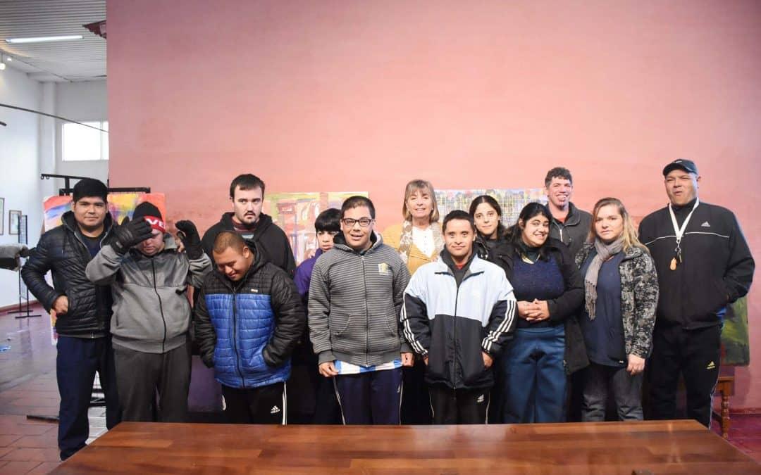Asistentes del Centro de Día recorrieron la muestra que se expone en Cultura