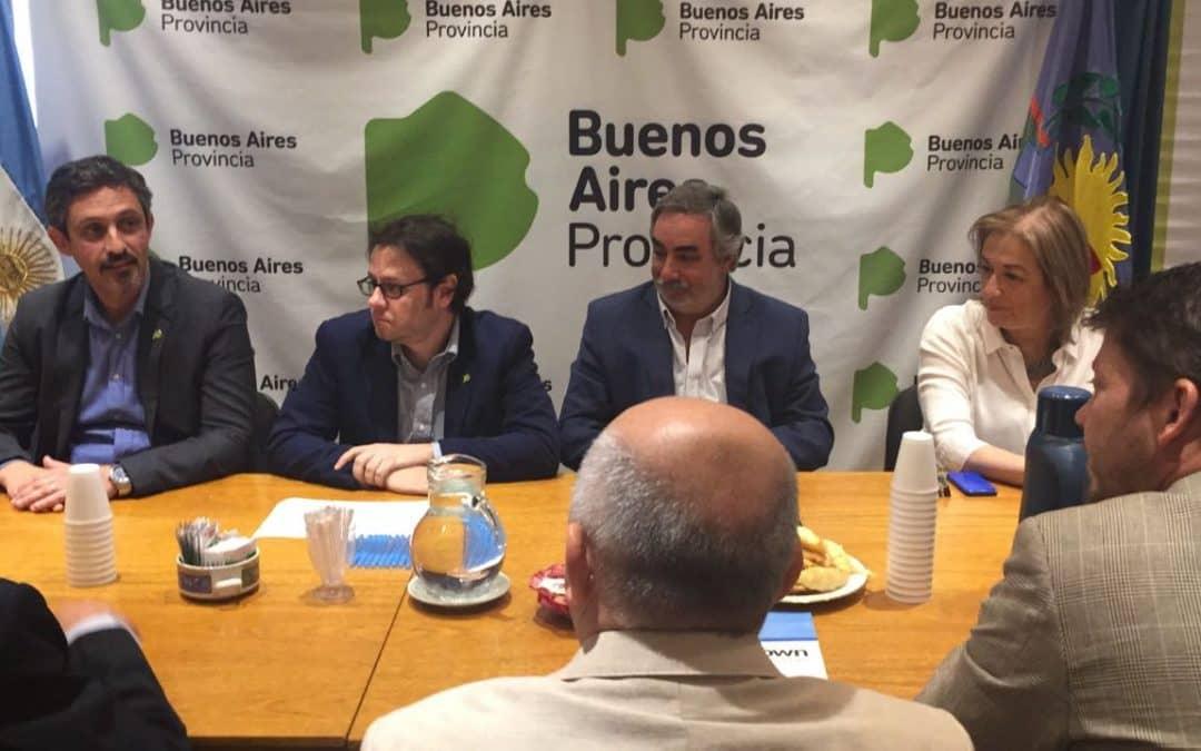 Fernández firmó un convenio de seguridad vial y recibió equipamiento para licencias
