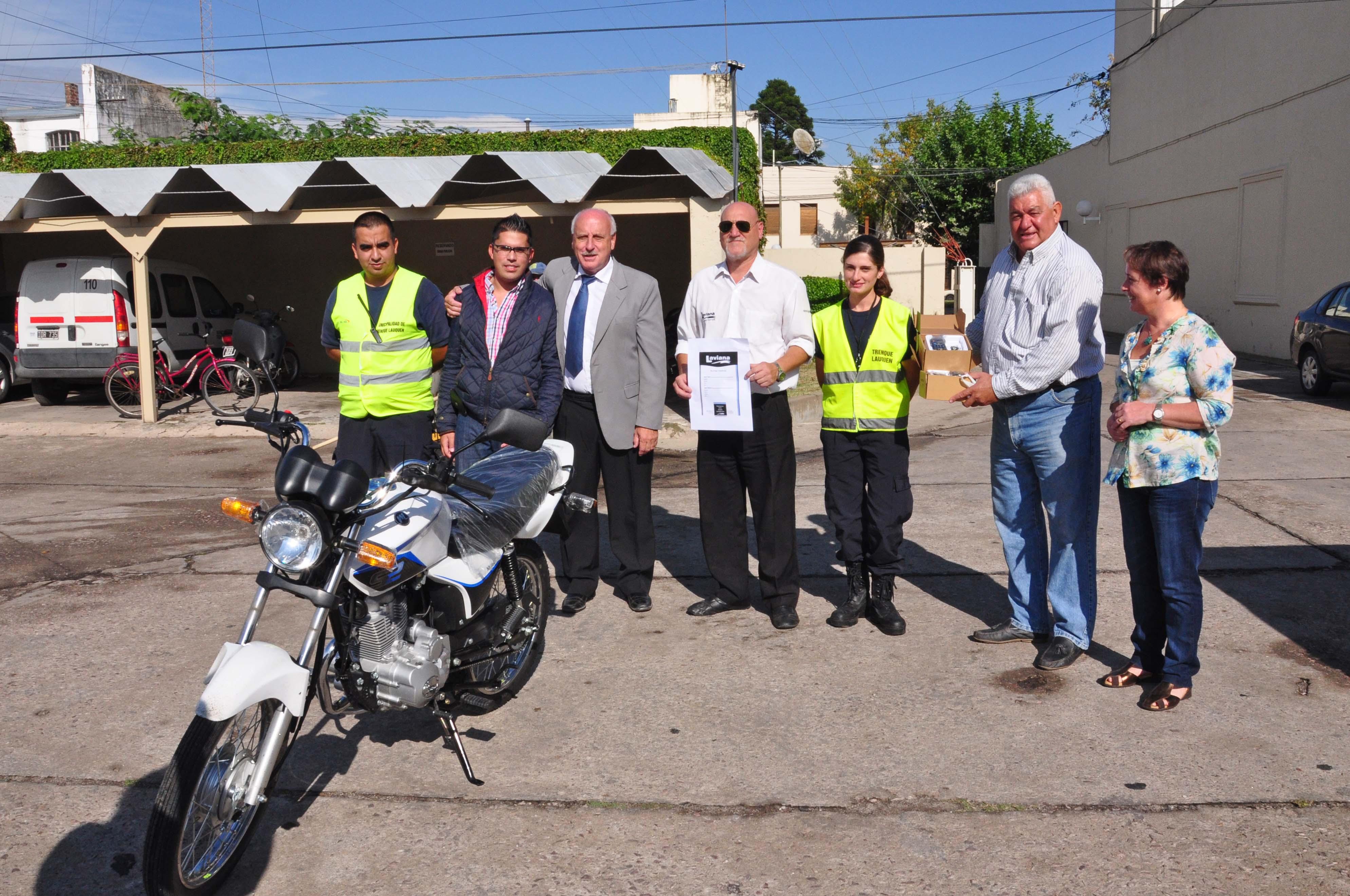 Donación de una moto y 4 handies