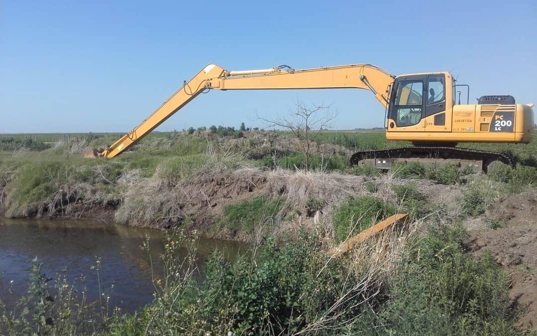 Una máquina de la provincia realiza la limpieza de los desagües de Berutti