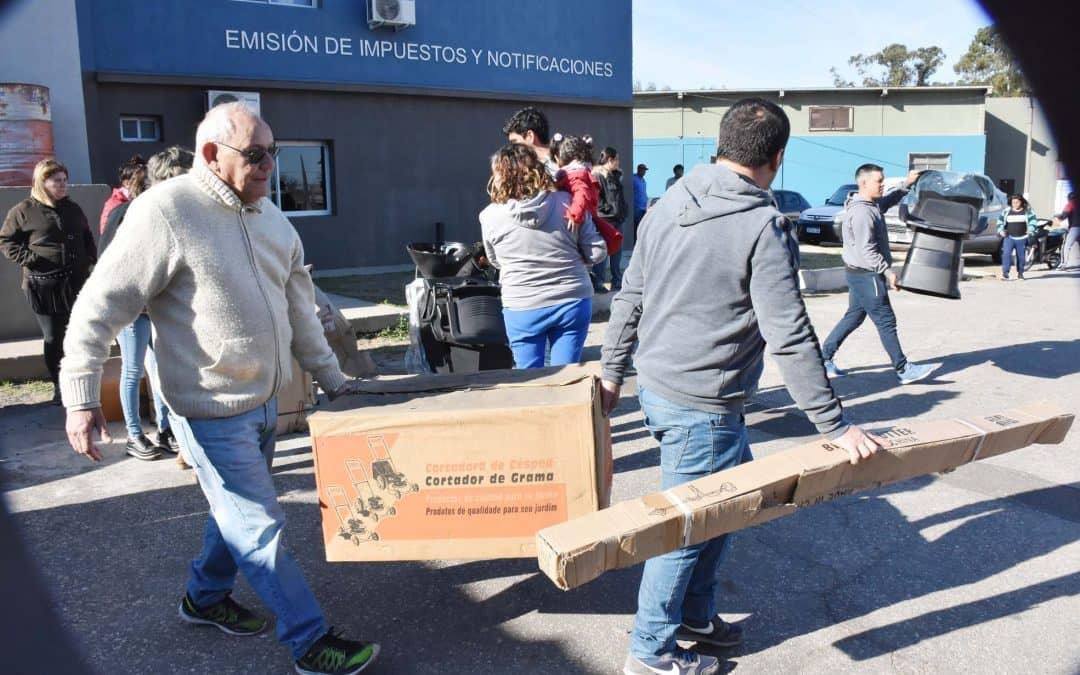 SE ENTREGARON HERRAMIENTAS Y EQUIPAMIENTO A BENEFICIARIOS DEL BANCO DE TAREAS MUNICIPAL PARA QUE AVANCEN CON SUS PROYECTOS