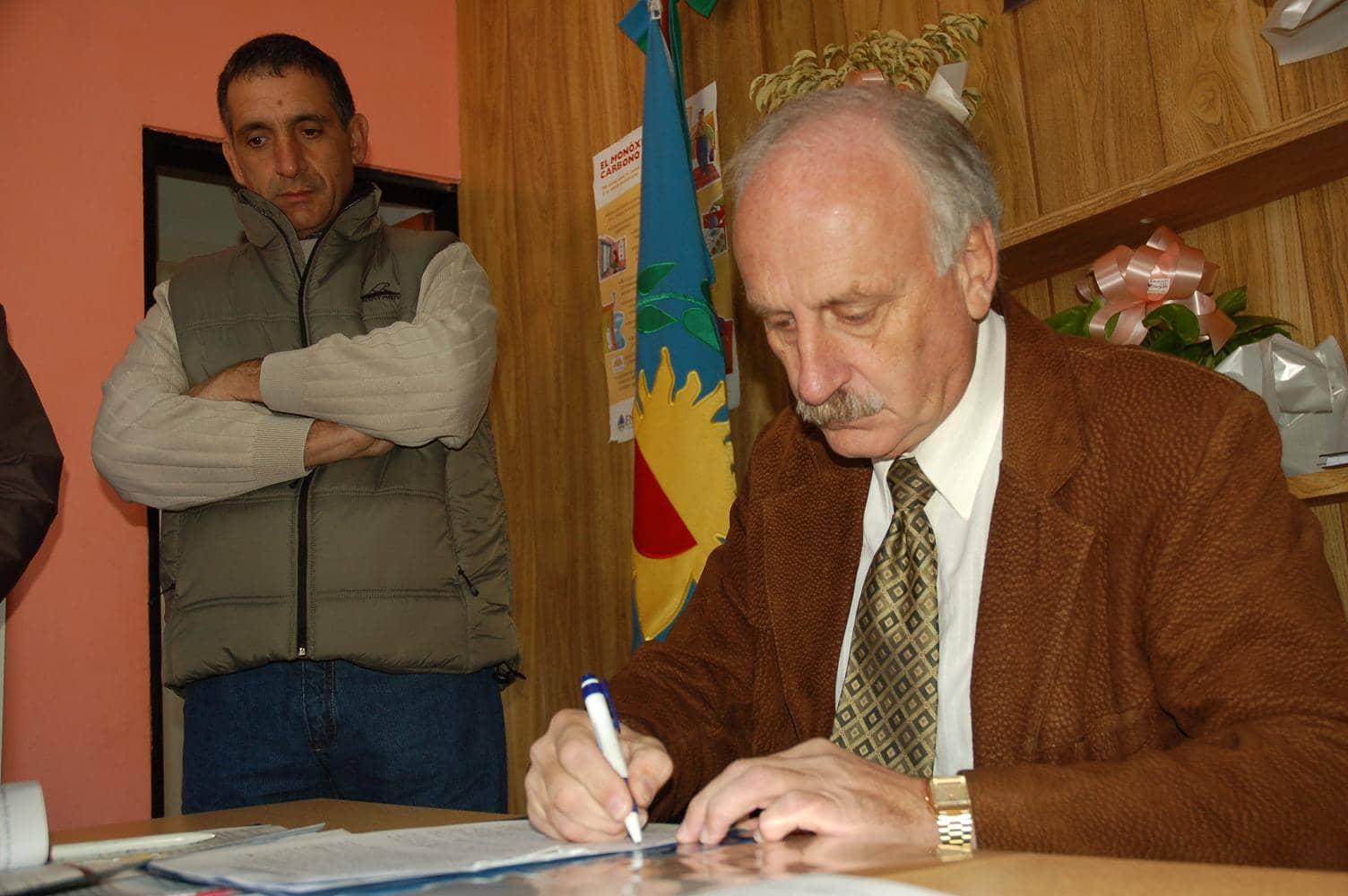 Feito firmó convenio para la obra del gasoducto