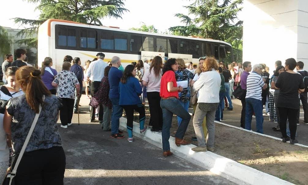 El micro municipal ofrece transporte a los estudiantes para votar