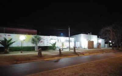 MEJORAN EL ALUMBRADO EXTERIOR DE CASA DEL NIÑO BAJANDO LA ALTURA DE LAS COLUMNAS Y USANDO ARTEFACTOS SOBRANTES