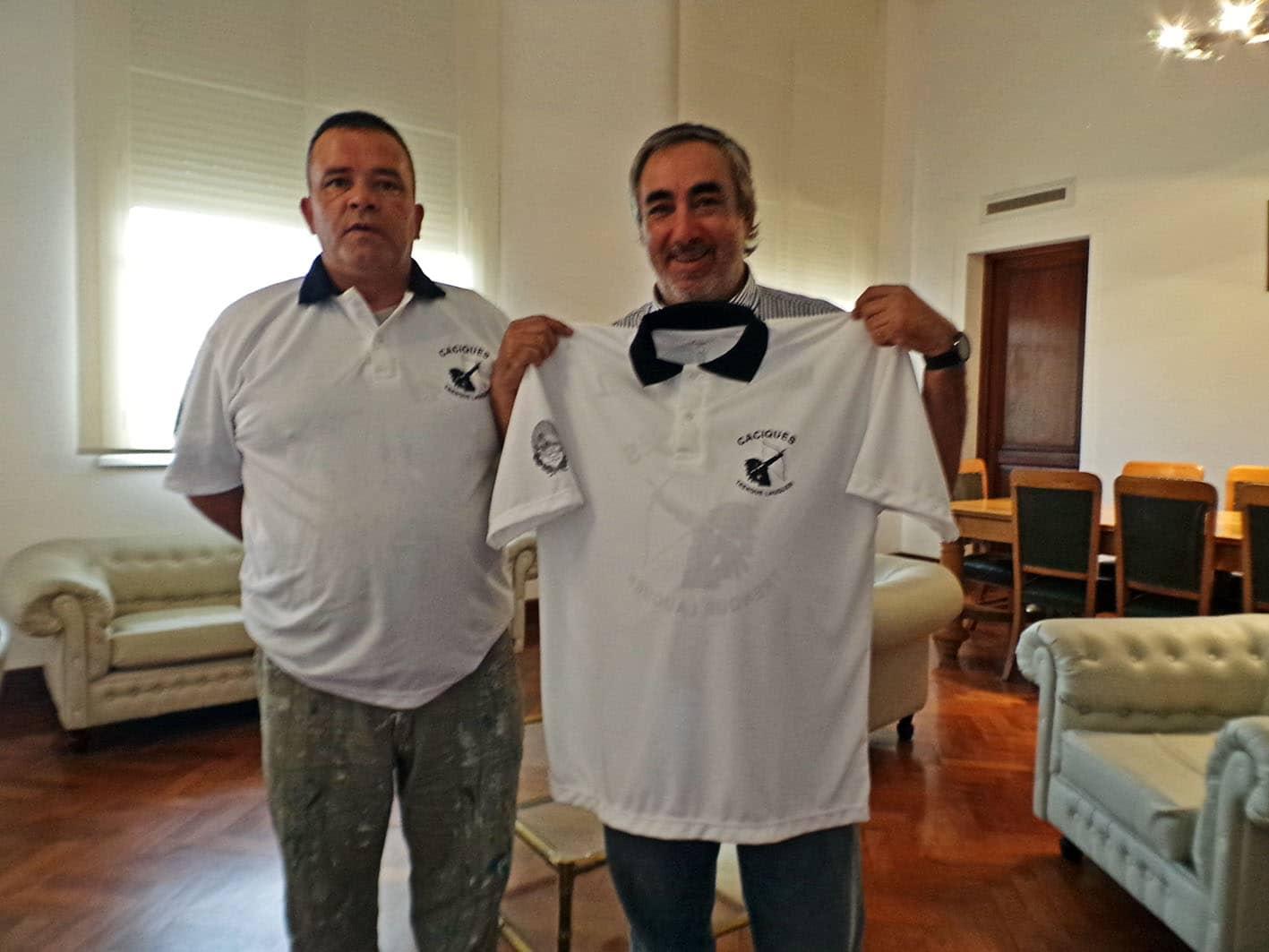 Una agrupación de arquería entregó una camiseta al Intendente