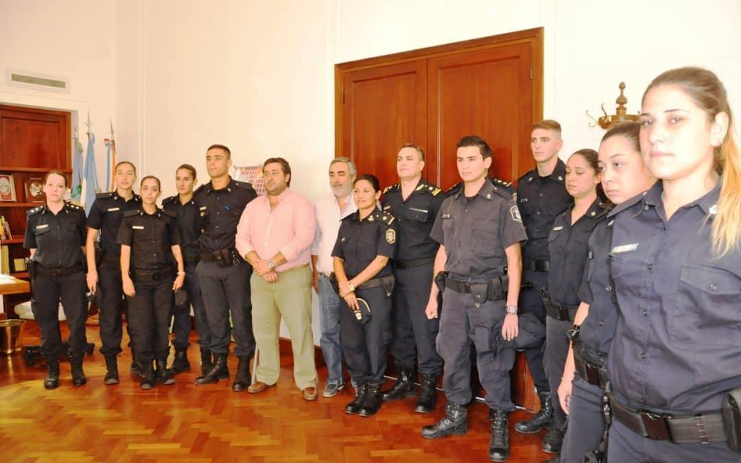 Fernández le dio la bienvenida a 11 efectivos de la policía bonaerense