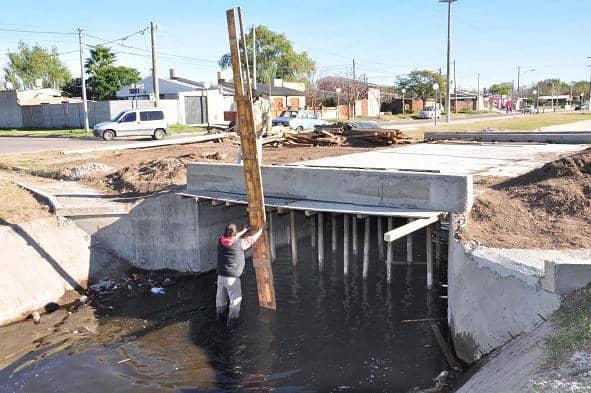 Canal Llambías: Construyen barandas de contención