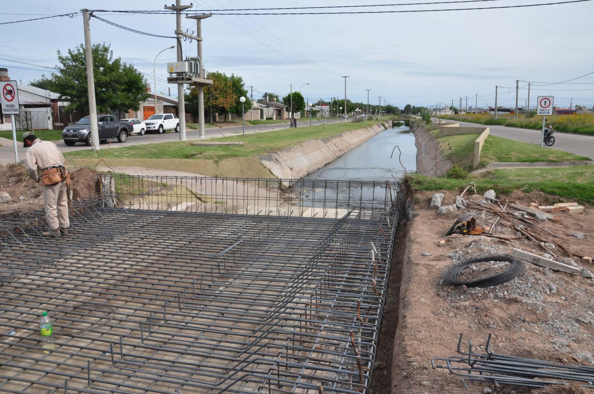 El Municipio reconstruye un puente en calle Llambías