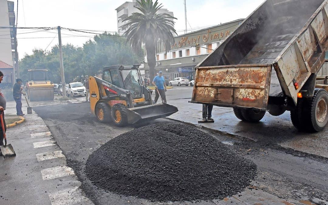 Se realizan tareas de pavimentación en el centro y en el barrio Ameghino