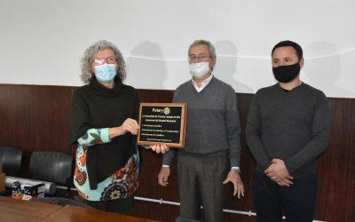 RECONOCIMIENTO AL PERSONAL DE SALUD: ROTARY CLUB ENTREGÓ UNA PLACA A LA DIRECTORA DEL HOSPITAL ORELLANA, DRA. NORA GRINBERG