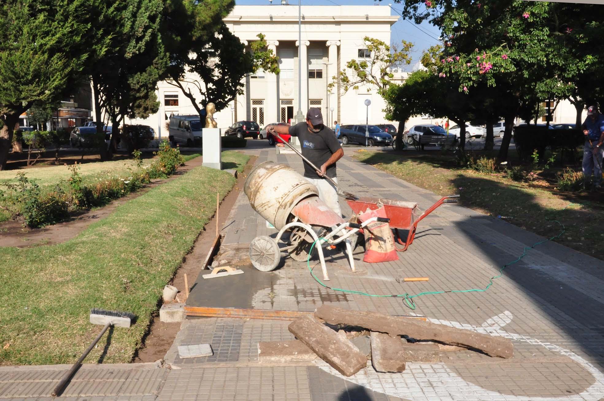 El Municipio repara veredas y bancos en Plaza San Martín