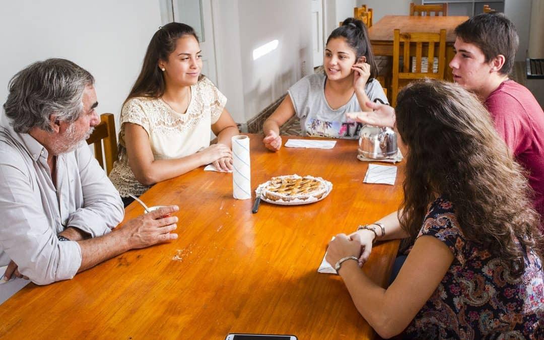 Fernández y Bathis visitaron a los jóvenes de la residencia estudiantil local