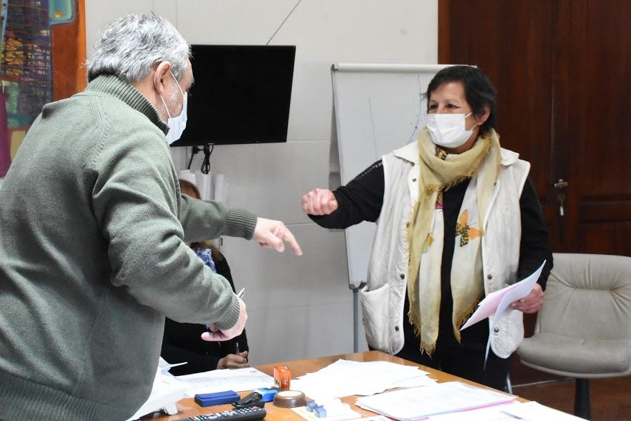 EL INTENDENTE FERNÁNDEZ ENTREGÓ SIMBÓLICAMENTE EL RECONOCIMIENTO A CUATRO DE LOS 23 EMPLEADOS MUNICIPALES QUE CUMPLEN 30 AÑOS DE SERVICIO