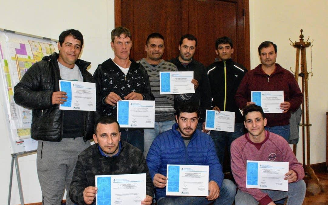Se entregaron certificados a empleados municipales que se capacitaron en el manejo de máquinas viales