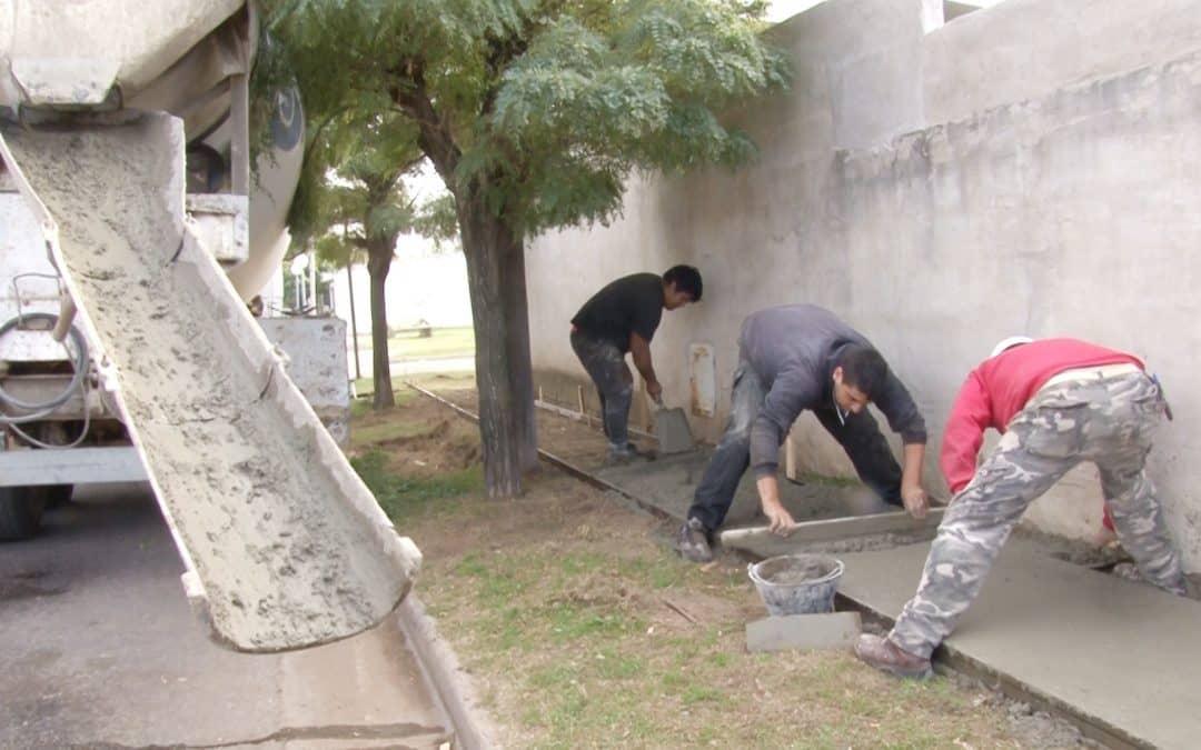 El Municipio ejecuta veredas en los Barrios Uocra, Los Robles, Güemes y Parque