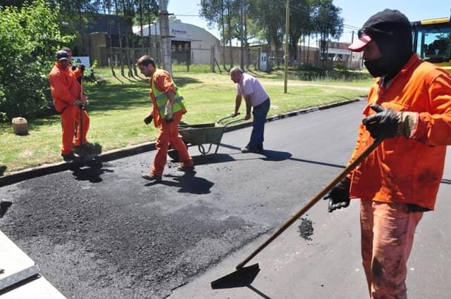Se avanza con las tareas de pavimentación en el acceso de la ruta 5