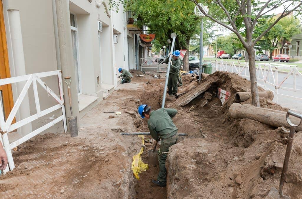 Comenzó la obra de renovación de la red domiciliaria de agua corriente y cloacas