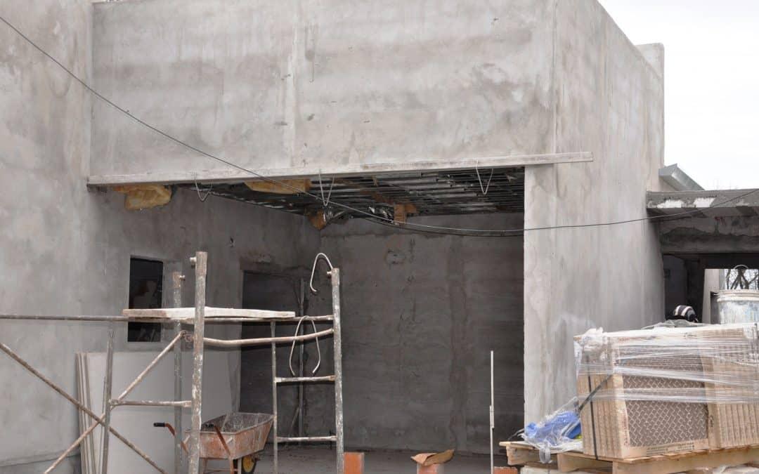 El Municipio coloca los pisos en la ampliación del CAPS Ameghino
