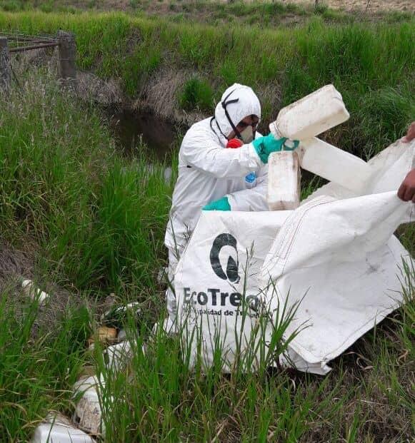 Operativo de saneamiento en un camino rural de 30 de Agosto