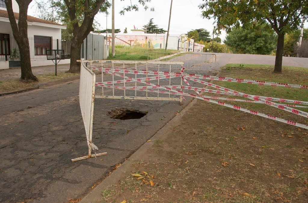 Rotura en la red de cloacas provocó un pozo en la calle Lagos