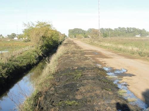 Se solicita no tirar basura en los canales de desagüe