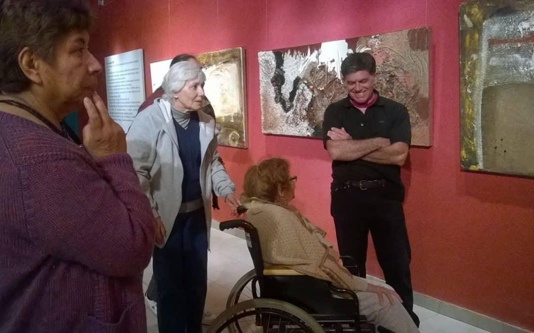 Residentes del Hogar Castella visitaron la exposición de Gabriel Maino