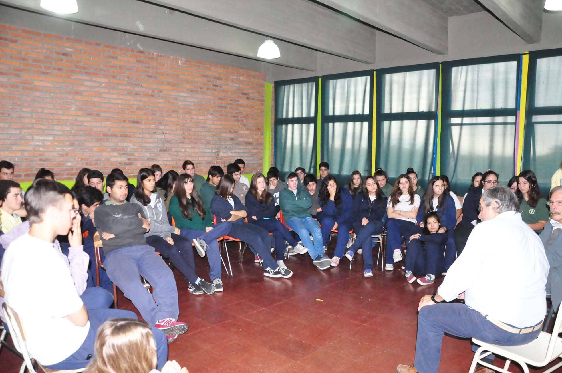 Fernández dio una charla en la Escuela Media 2