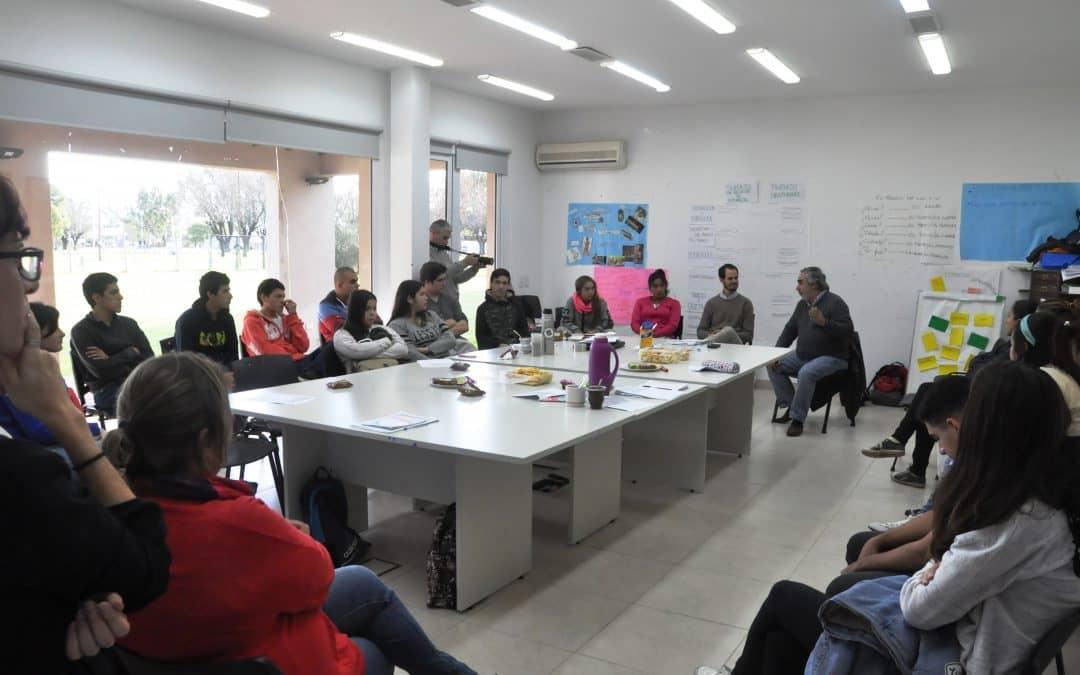Fernández visitó el Curso de Introducción al Trabajo y conversó con los alumnos
