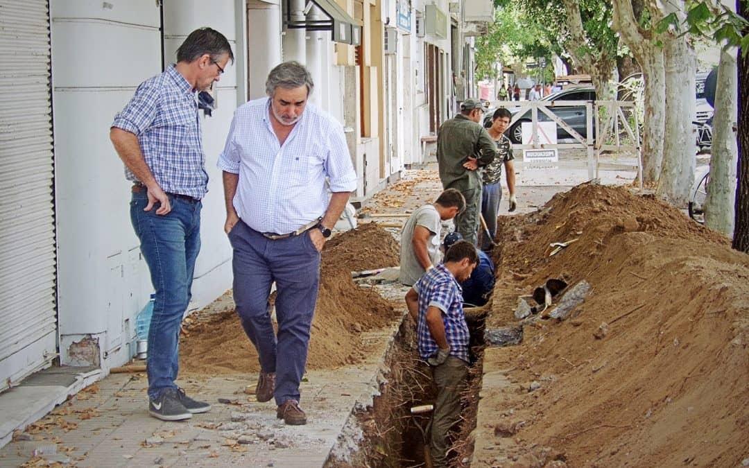 Fernández recorrió la obra de agua y cloacas en la zona céntrica