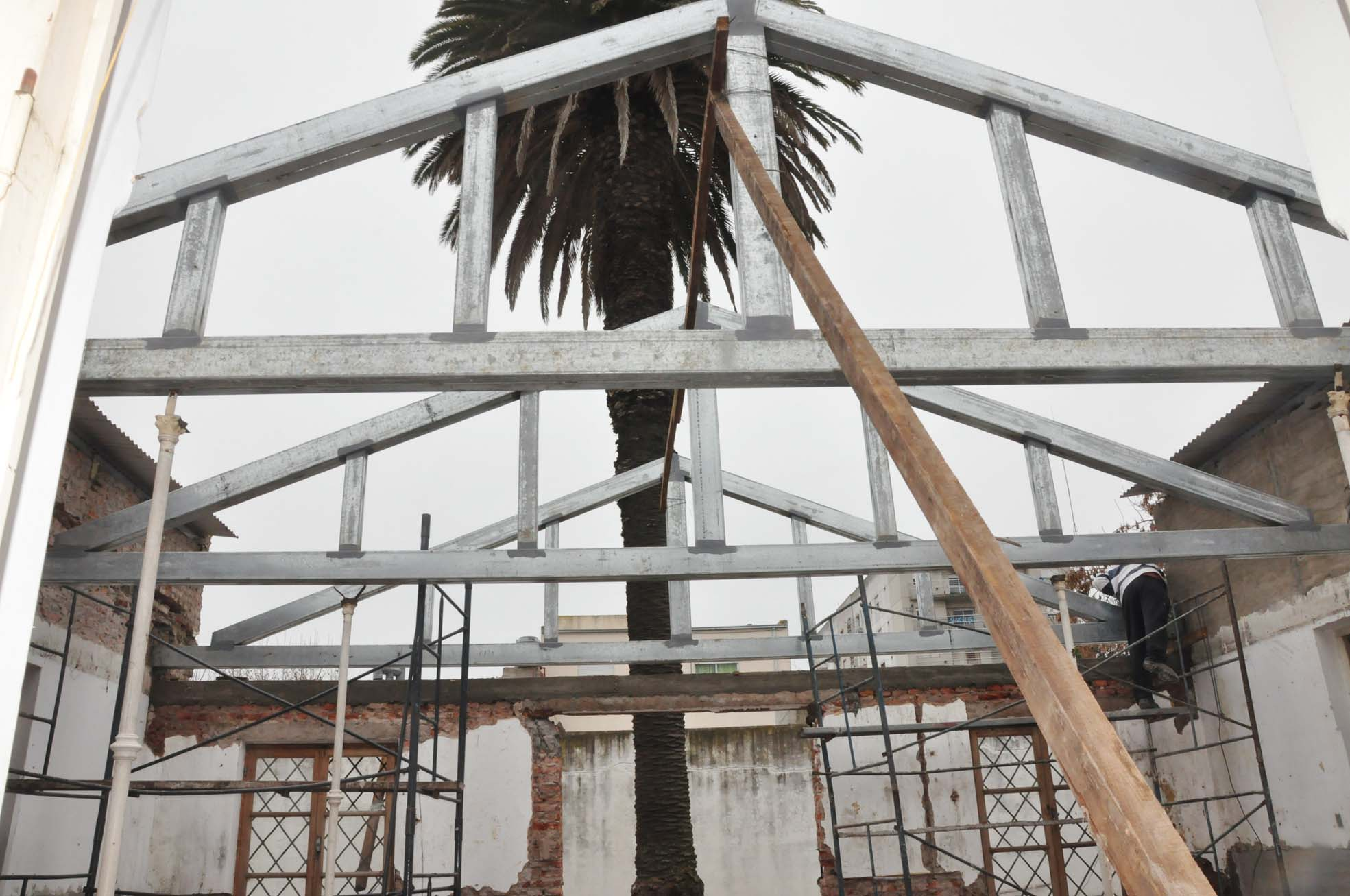 Se avanza con los trabajos en el techo de la ex escuela municipal