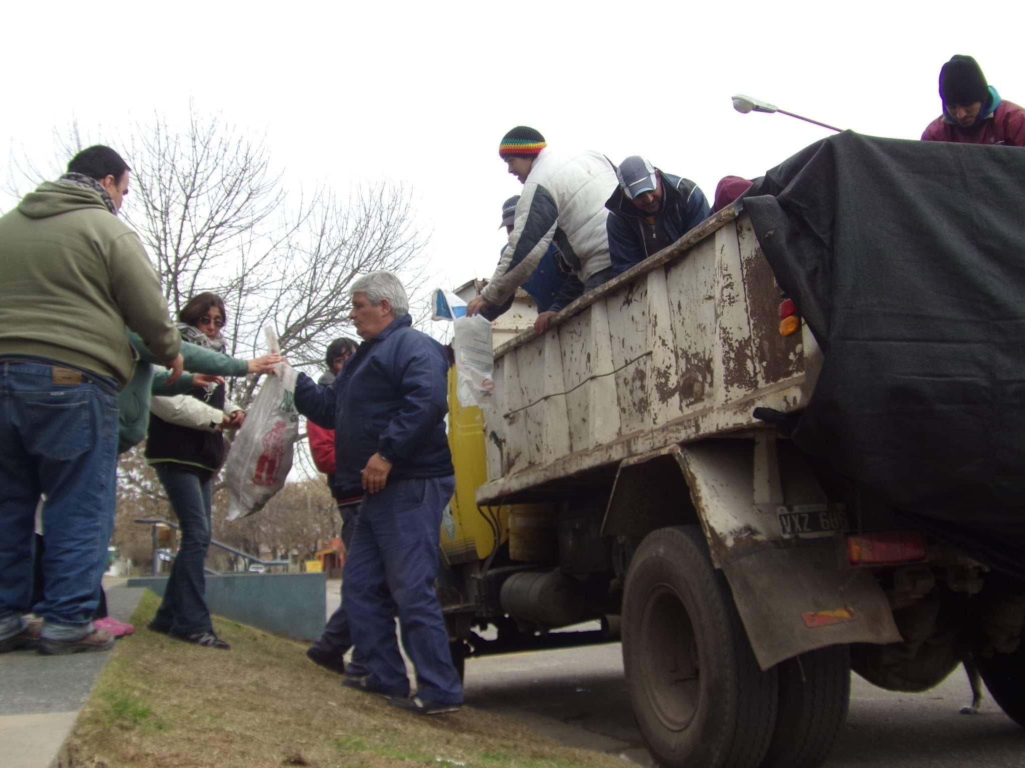El Municipio comenzó con la entrega de gallinas para consumo