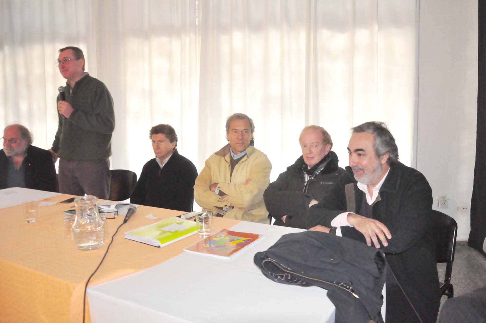 Fernández, en una jornada de lechería con funcionarios provinciales y nacionales