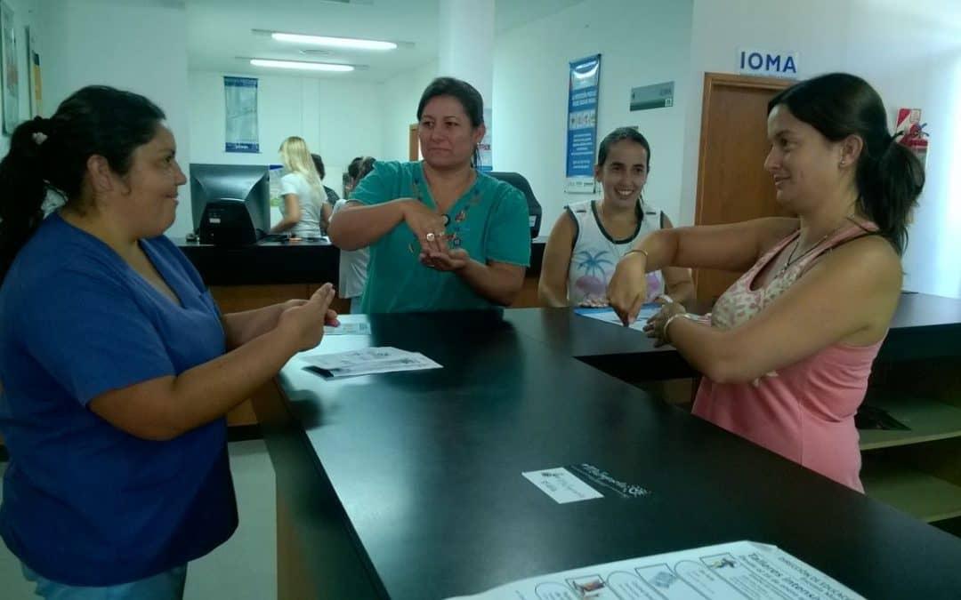 Personal municipal aprende lenguaje de señas