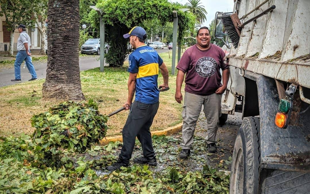 CUADRILLAS DE PERSONAL MUNICIPAL LIMPIAN LAS CALLES DE LA CIUDAD DESDE MUY TEMPRANO, TRAS EL TEMPORAL