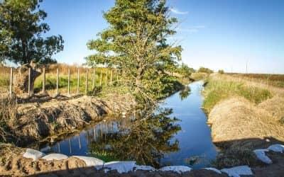 Zambiasio recorrió caminos y canales hídricos en la zona rural