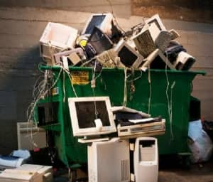 Se entregaron computadoras y televisores recuperados por trabajadores de Prolim