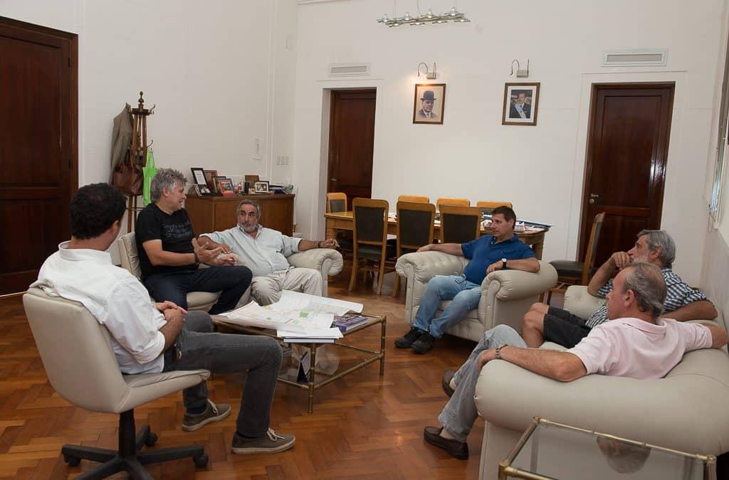 Fernández y funcionarios se reunieron con representantes del Club Barrio Alegre