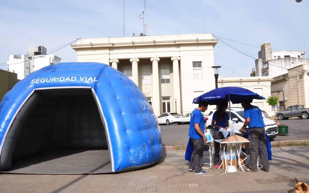Se instaló un puesto en Plaza San Martín para concientizar sobre el uso de casco