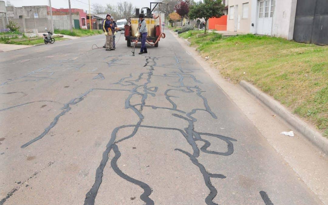El Municipio sella el pavimento agrietado en distintos puntos de la ciudad