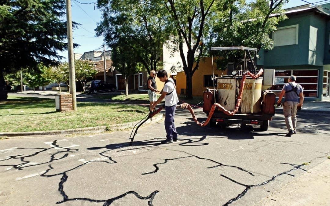 El Municipio sella las fisuras del asfalto