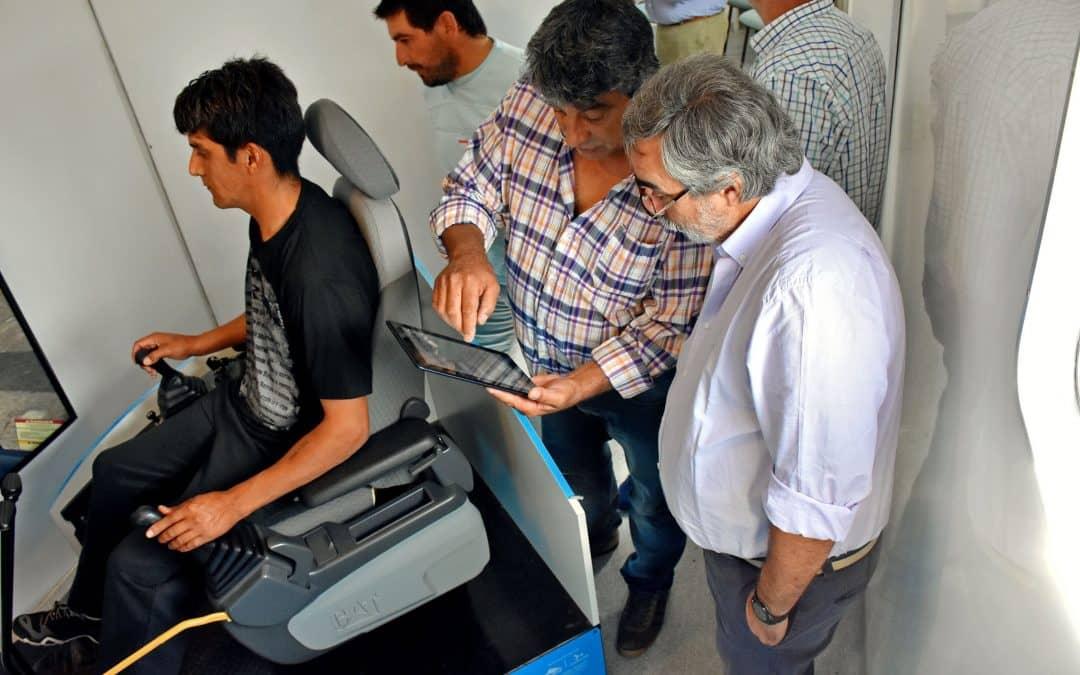 El Intendente visitó un simulador que capacita a operarios de máquinas viales