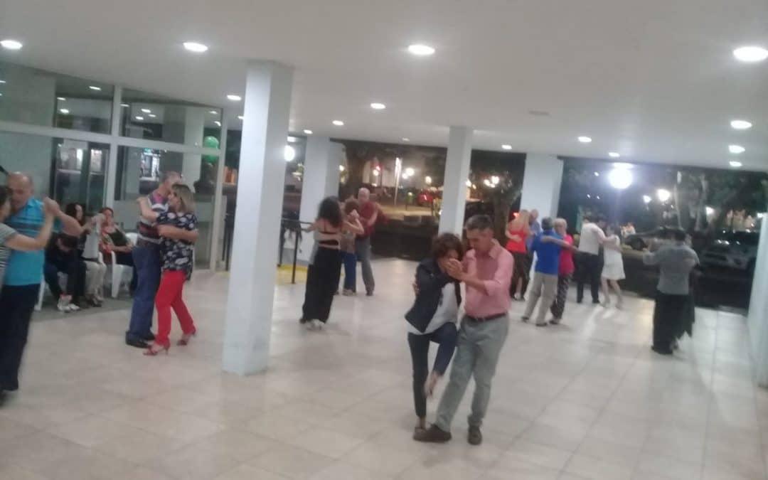 LA FRESCA NOCHE DEL PATIO DEL CENTRO CÍVICO TUVO AYER (MIÉRCOLES) EL ABRIGO DE TANGO EN LA CALLE
