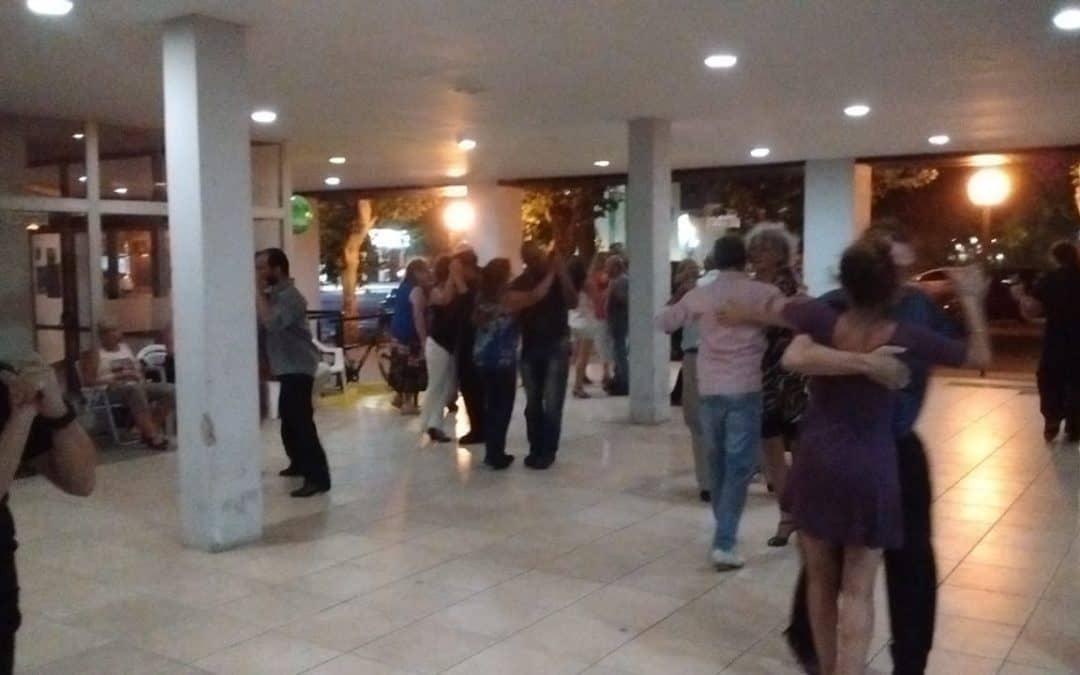 """""""TANGO EN LA CALLE"""", LA CITA MILONGUERA DE CADA MIERCOLES EN EL PATIO DEL CENTRO CIVICO"""
